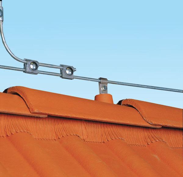 Detail vedenie hromozvodu riešia špeciálne kusovky na hrebene strechy