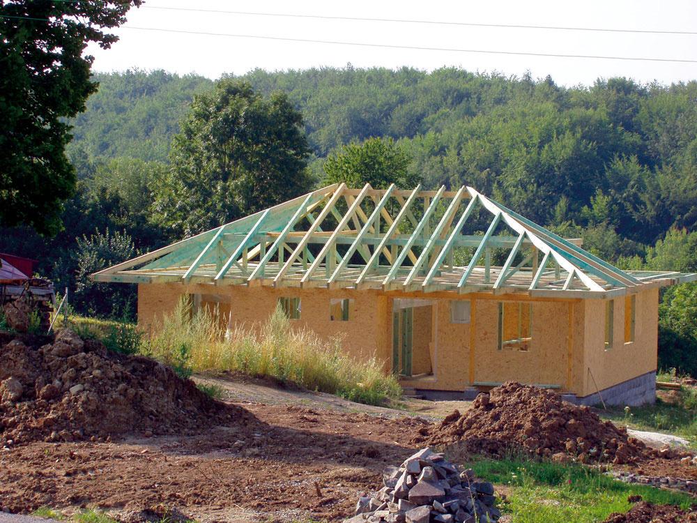 Domy sdrevenou konštrukciou po omietnutí ťažko odlíšiť od tradičných murovaných. / projektová podpora: prof. Jozef Štefko /
