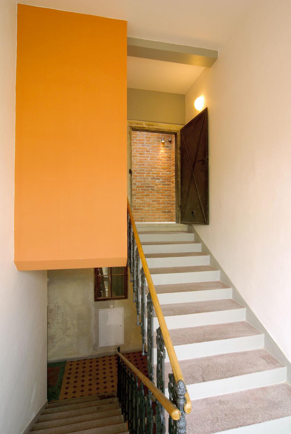 Zo schodiska storočného zrekonštruovaného domu vstupujú obyvatelia dvoch podkrovných bytov cez pôvodné povalové dvere. Obyvatelia podkrovných bytov si cenia architektovu snahu zachovať azdôrazniť materiály, ktoré vpodkroviach odjakživa boli – murivo zplnej pálenej tehly, drevenú konštrukciu krovu acementový či betónový povrch, ktoré kstarým povalám patria.