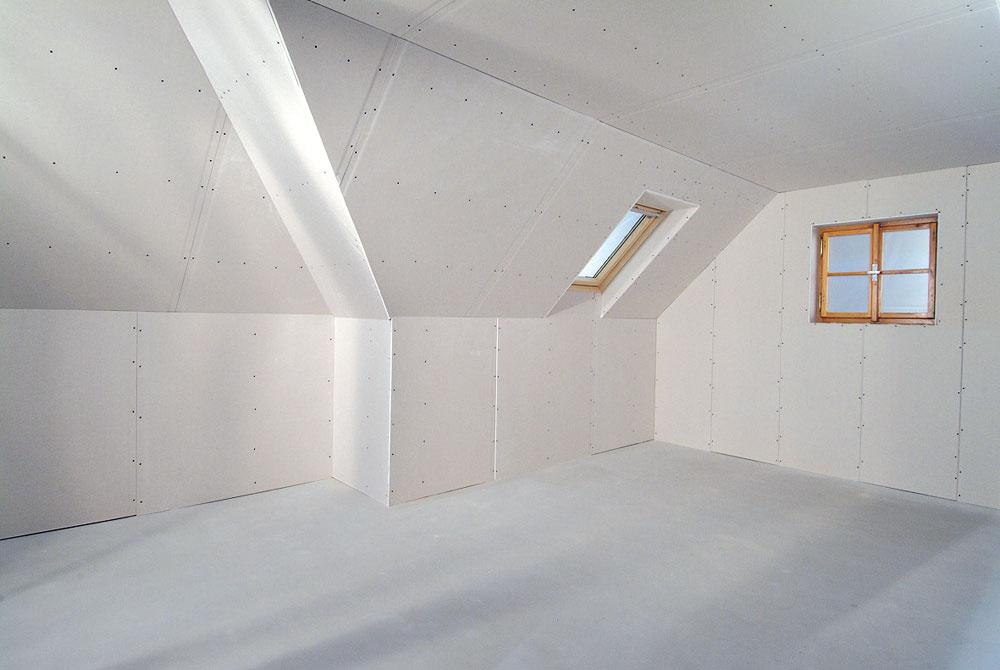 Po zaizolovaní strešného plášťa možno namontovať nosné profily asadrokartón. Najskôr sa sadrokartónovými doskami oplášťuje stropná časť podkrovia.