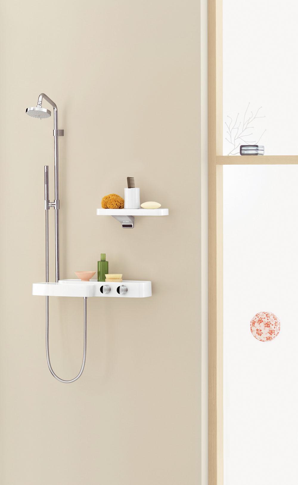 Krajina okolo vane asprchy. Možnosti tvarovania pokračujú vcelom priestore kúpeľne od sprchovacieho kúta až krôznym odkladacím plochám apoličkám okolo vane.