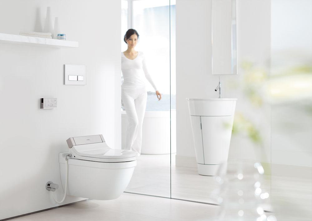 Diaľkovým ovládačom sa dostane do pohybu už otvorenie poklopu záchodovej dosky anásledne je možné nastaviť spôsob umytia, teplotu vody či silu prúdu atiež vysúšača. Doska je vyhrievaná snastaviteľnou teplotou.