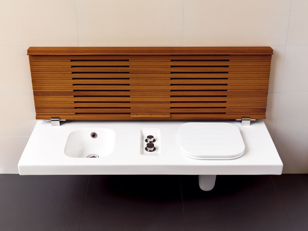 Praktický nápad do kúpeľne ponúka aj firma Polysystem, ktorá prichádza na trh sWC misou abidetom spojenými do jedného zariaďovacieho predmetu, smožnosťou ich premeny na praktickú aelegantnú lavicu. Ak sa chystáte osprchovať alebo okúpať aste zvyknutý vyzliekať sa po sediačky, môžete na to využiť vkúpeľni takúto lavicu.