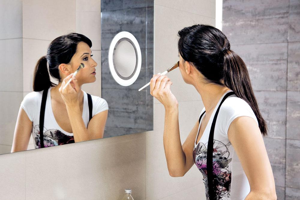 Zrkadlo sintegrovaným osvetlením azväčšovacím zrkadlom priamo pred tvárou ocenia najmä nežnejšie polovičky. Pretože osvetlenie priamo spredu nevytvára žiadny tieň na tvári alíčenie je potom jednoduchšie. No vhod príde aj pánom pri holení.