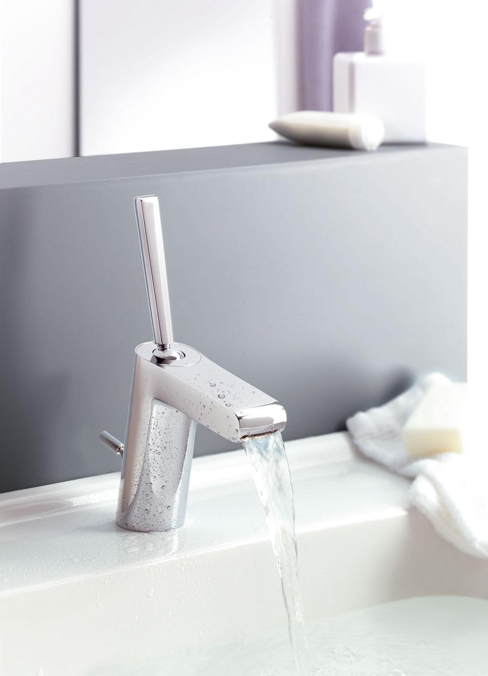 Vrohu sprchovacieho kúta ostáva hluchý priestor, anajmä vmenších sprchách nie je toho priestoru na pohyb veľa. Ak ste majiteľom miniatúrne dimenzovanej kúpeľne, porozmýšľajte nad vhodným typom sprchy, napríklad sadaptérom pre rohovú montáž. Čo ušetríte pri ploche, ktorú zaberá samotná sprcha, to vám ostane na pohodlnejší pohyb pod sprchou.