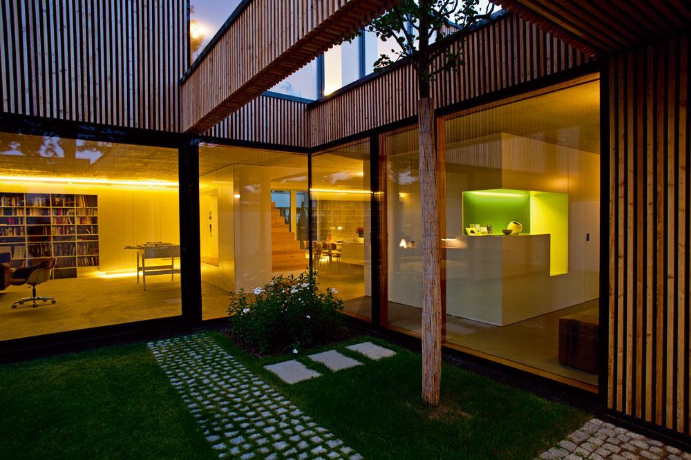 Dom neponúka výhľad, aký sa zvyčajne od svahovitého pozemku očakáva. Oto dôležitejší bol veľkorysý vnútorný priestor, jeho prepojenie sexteriérom, spokojnou zónou átria, atiež zachovanie stromov, ktoré na parcele rástli.