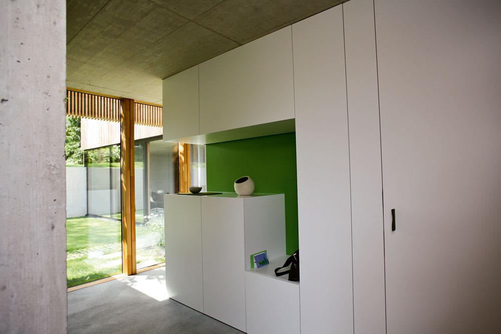 Predsieň oddeľuje od hlavného denného priestoru vdominantnom krídle domu prvý zdvoch bielych kubusov – vtomto prípade sa za nábytkom vyrobeným na mieru skrýva WC akomora.