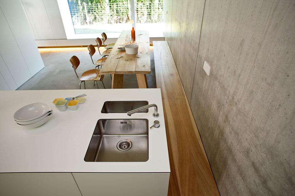 Pri kuchynsko-jedálenskej stene je ďalší príklad vstavaného zariadenia – lavica zjelšového dreva. Okno zjedálne je obrátené smerom ksusednému pozemku.