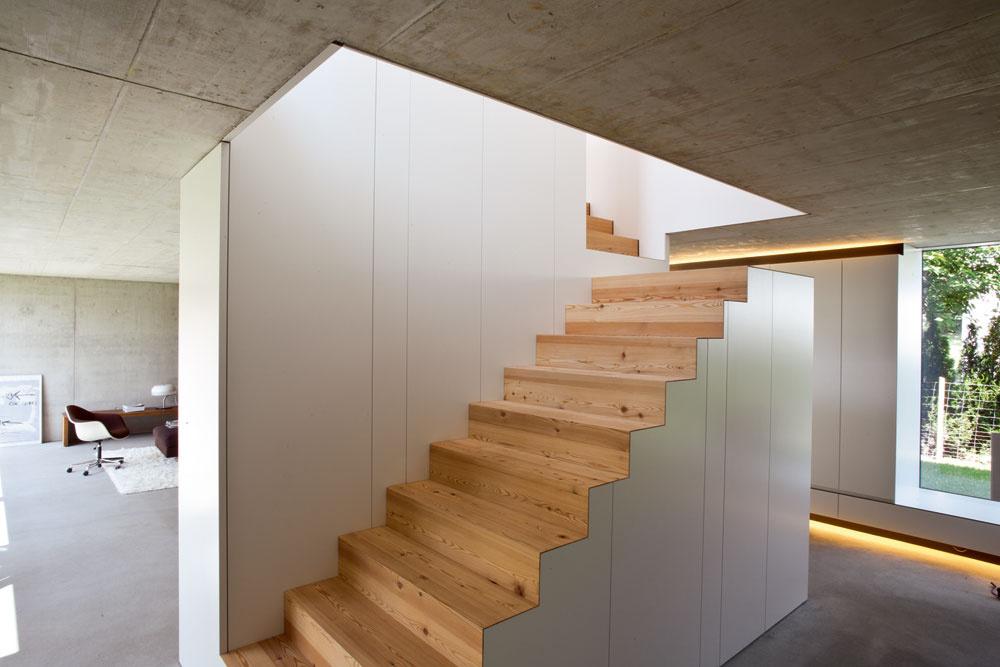 Na dĺžke, ktorá tu bola kdispozícii, dosahujú schody potrebnú výšku vďaka tomu, že ich tesne pod stropom preruší podesta aďalej pokračujú kolmo na pôvodný smer.