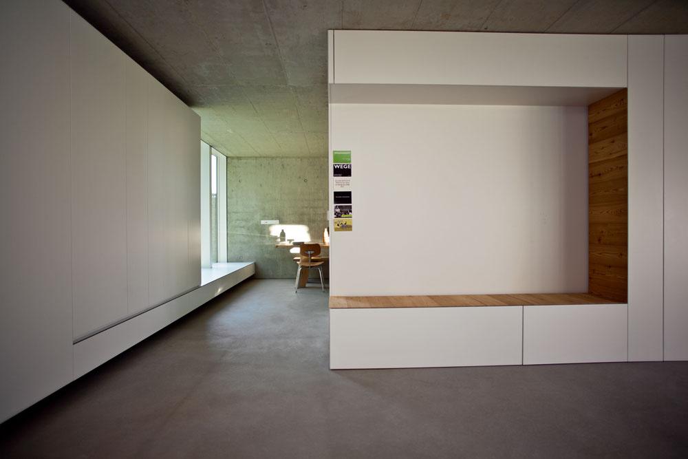 Druhý biely kubus je zopačnej strany nábytkom vobývačke. Vstavané zariadenie (skrine aj kuchynskú linku), ktoré je vlastne súčasťou architektúry domu, navrhla architektka vspolupráci so svojím známym, stolárom.