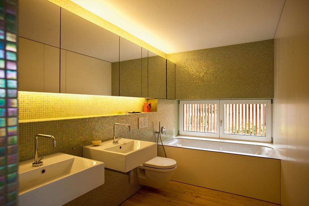 Zelenú farbu využila architektka ako akcent, ktorým zdôraznila zóny srôznymi funkciami – obklad vkúpeľni na poschodí je logickým pokračovaním farebnej línie zostatných priestorov domu.