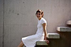 Architektka Manuela Fernández Langenegger je napoly Španielka, napoly Švajčiarka. Narodila sa vJuhoafrickej republike, študovala vSeville adnes učí na univerzite vStuttgarte. Pôsobí tiež varchitektonickom ateliéri Zelle3. Podľa nej má byť architektúra priestorom na život – jednoduchým ačistým, nie však chladným asterilným, ale takým, vktorom sú prvoradé funkčnosť aredukcia až na samotnú podstatu. Kým sa usadila vNürtingene, malom mestečku neďaleko Stuttgartu, žila vo viacerých veľkomestách – vJohannesburgu, Madride, Las Palmas či Seville.