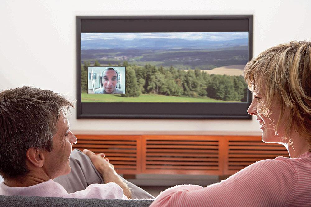 Dômyselným bezpečnostným komponentom je aj kamera ukrytá vpriezore, ktorá bezdrôtovo prenáša obraz na akýkoľvek televízor alebo monitor, čiže vidíte, kto stojí za dverami, aj bez toho, aby ste museli vstať.