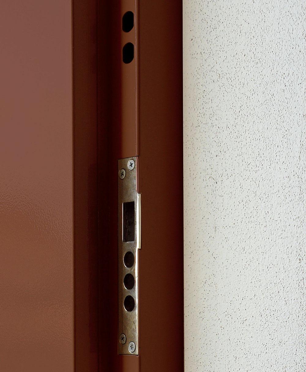 Súčasťou systému bezpečnostných vstupných dverí je zárubňa. Aby odolala tlaku, musí byť pevná azosilnená vmiestach uzamykania.