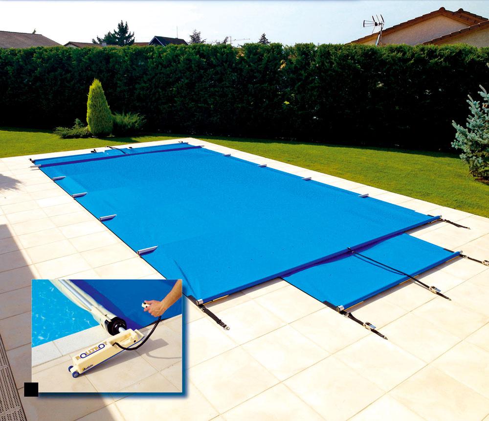Univerzálna plachta sa ľahko použije na všetky tvary bazénov. Plachta je položená na obrubných kameňoch, bez dotyku svodnou plochou. Okrem izolácie poskytuje ochranu proti pádu malých detí či domácich zvierat do vody. Bezpečnostná plachta je vyrobená zPVC fólie zosilnenej tkaninou, zabezpečujúcou pevnosť anavyše je každých 120 až 150 cm vybavená zosilňujúcou tyčou zanodizovaného hliníka. Kvybaveniu ďalej patrí navíjacia afixačná tyč, rychloúchytky anavíjač (kolovrátok).