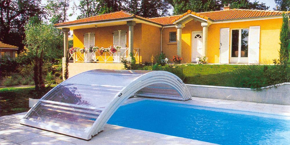 Supernízke bezkoľajnicové zastrešenie svýškou od 0,5 do 1 m anenápadným vzhľadom vminimálnej miere narúša výhľad do záhrady aumožňuje pohodlné plávanie.