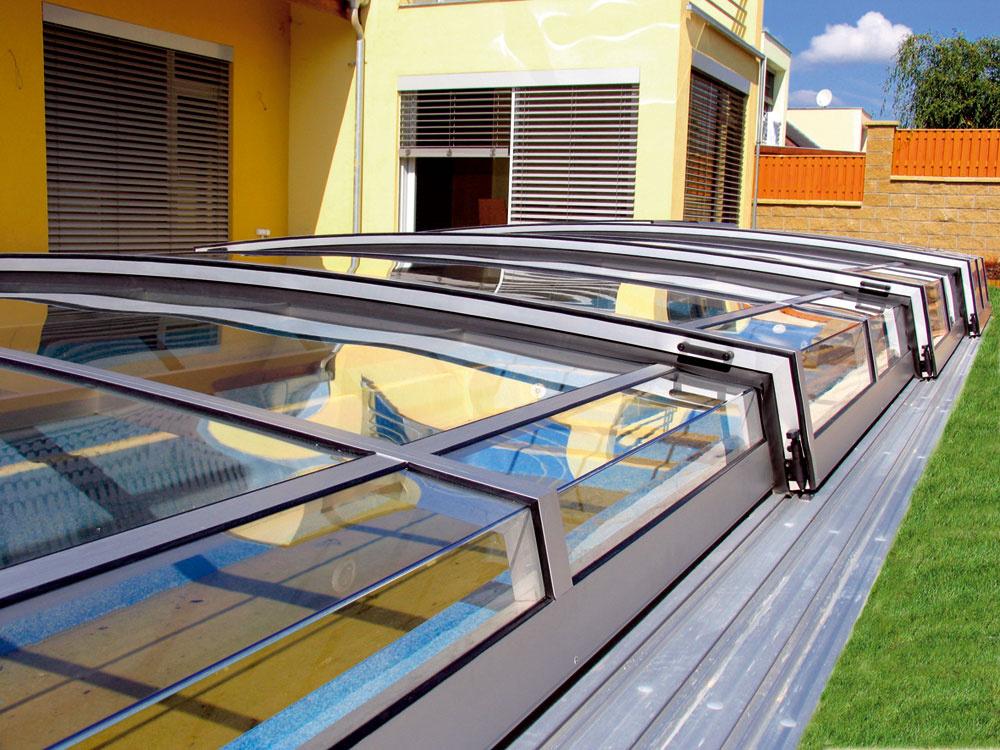 Segmenty zastrešenia bazénov sa môžu byť presúvať vobidvoch smeroch až na koniec bazénu alebo pri predĺžených pojazdných dráhach až za bazén. Môžu byť tiež odsunuté len čiastočne.