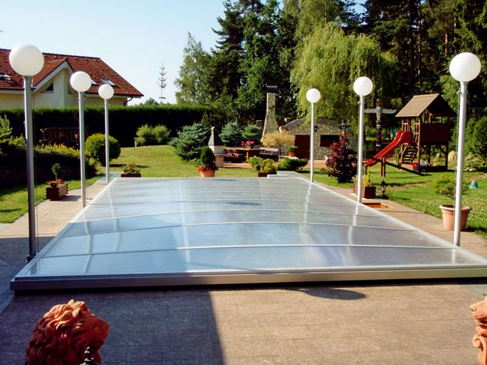 Výsuvné zastrešenie je možné prispôsobiť tvaru bazéna. Ovláda sa pomocou diaľkového ovládača. Ochráni bazén pred únikom tepla zvody apred vonkajšími nečistotami, neposkytne však možnosť predĺženia kúpacej sezóny.