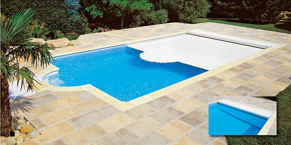 Navíjacie zariadenie môže byť nad hladinou alebo ukryté vboxe pod hladinou bazéna. Roleta plávajúca na hladine sa jednoducho ovláda aušetrí veľké množstvo energie na vykurovanie bazéna. Môže byť dokonca vybavená solárnymi lamelami avsezóne tak optimalizovať tepelný zisk.