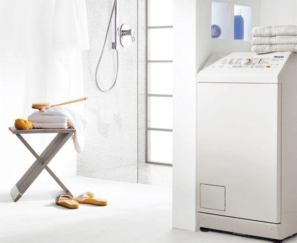 Automatická z vrchu plnená práčka Miele W 604 na 5,5?kg bielizne sa vďaka šírke 46?cm vojde skoro všade. Patentovaná konštrukcia vane GlaronK zaisťuje veľmi tichý chod a odstreďovanie bez vibrácií, takže ju pri praní takmer nevnímate. Určite vás poteší bohatá paleta programov vrátane programu na ručné pranie vlny a hodvábu, programu expres, či patentovaného programu automatika a to všetko v triede spotreby A+. Cena 959 €.