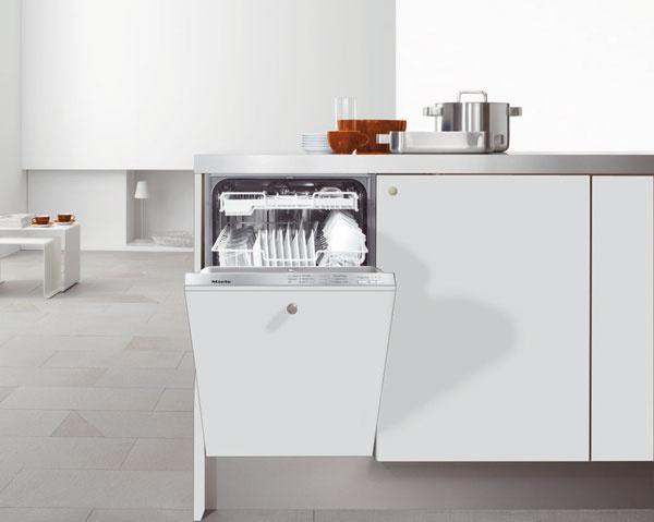Plne integrovaná umývačka riadu šírky 45?cm Miele G 4670 SCVi umyje bez problémov až 9 jedálenských súprav pri spotrebe 9 l vody v programe Automatika. Umývačku Miele je možné pripojiť na teplú vodu, čím výrazne šetríte náklady na elektrickú energiu a Váš riad môžete umývať už od spotreby 0,50 kWh v programe Energeticky úsporný. Cena 1 499 €.