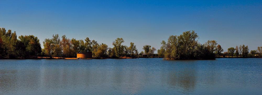 Sekulské jazerá lákajú nádhernou scenériou. Vich blízkosti vyrástla chatová kolónia. Drevený polmesiac Chaty rybára sa šťastne uložil na cípe pevniny uprostred vodnej plochy.