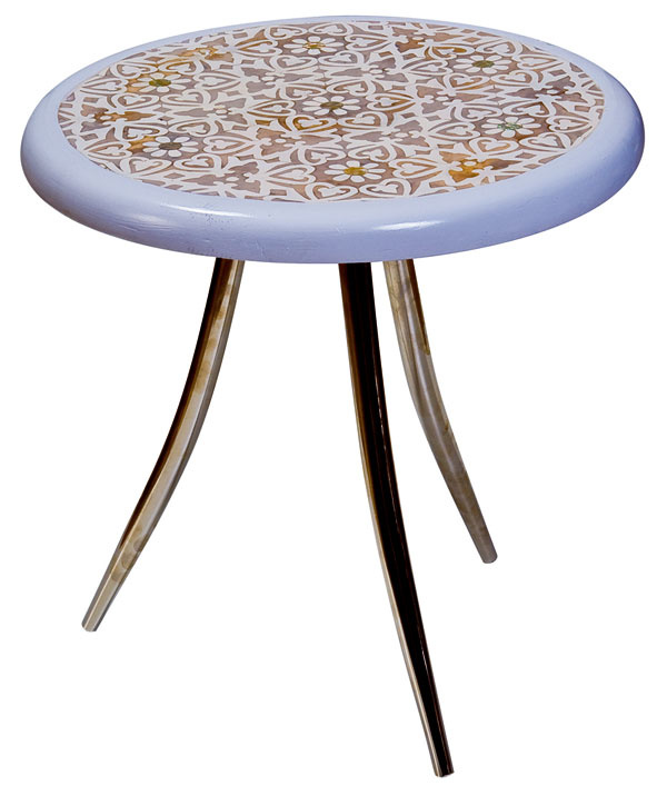Váhavý stolček sarabeskami (foto adizajn: Zenza)