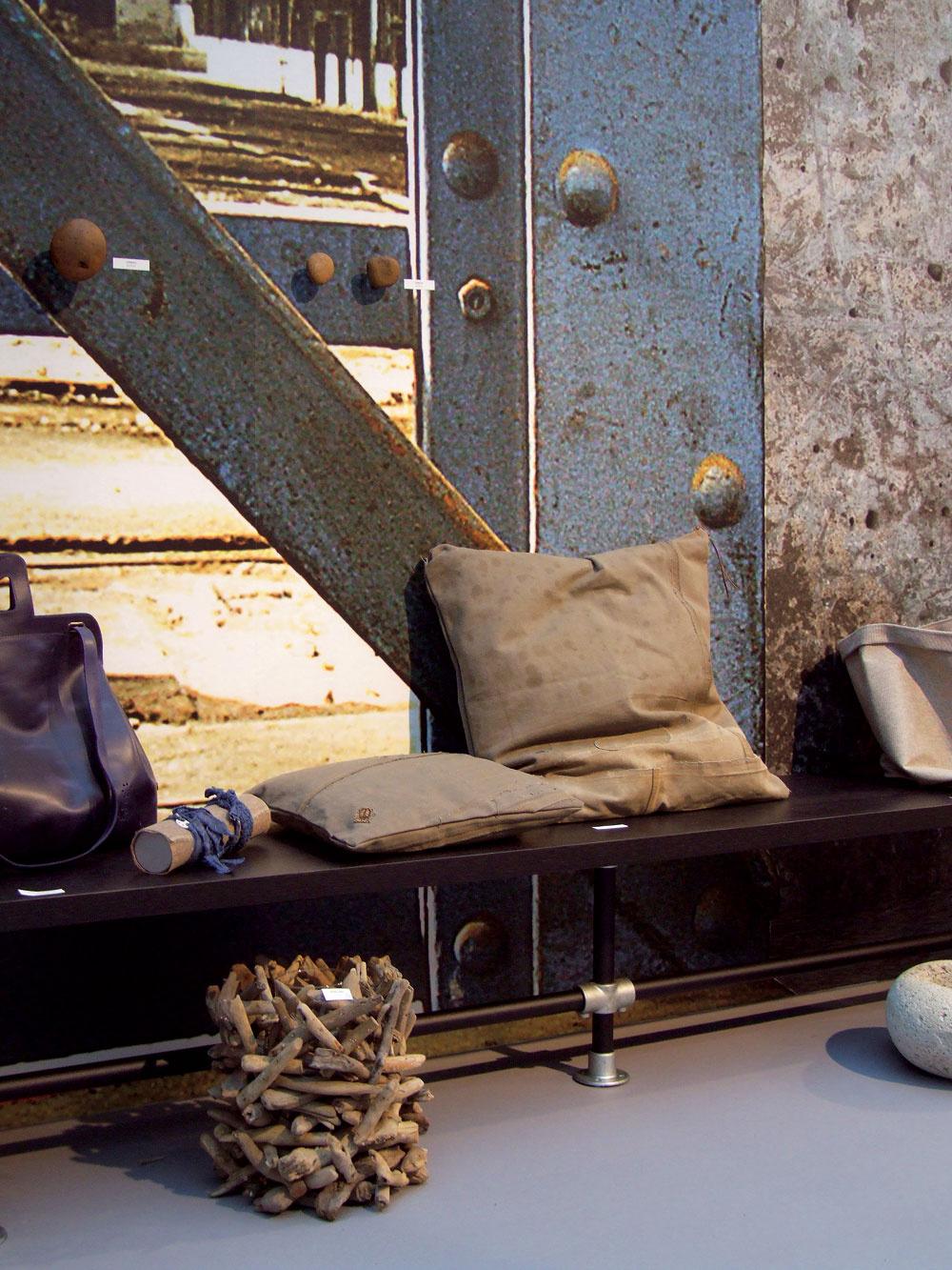 Exhibícia štyroch hlavných trendov na rok 2011 sa odohrávala vo zvláštnej štvorexpozícii sprofesionálne naaranžovaným bytovými doplnkami. Ukážka trendu raw – authentic.