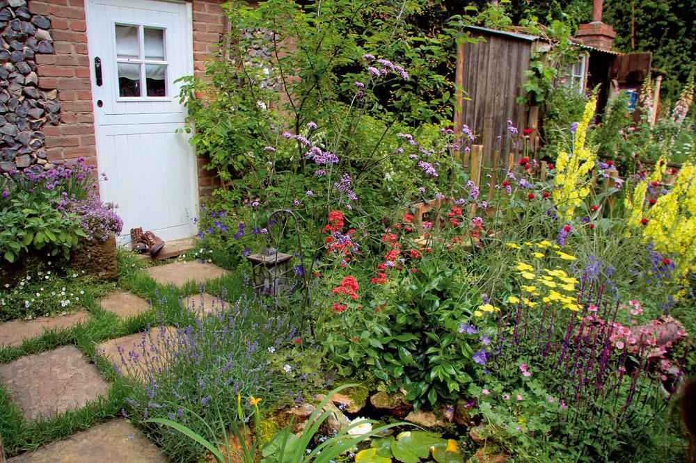 Aj vmenšej vidieckej záhrade sa dá vytvoriť atraktívna kompozícia zpestrofarebných trvaliek, ba dokonca aj jazierko sleknami