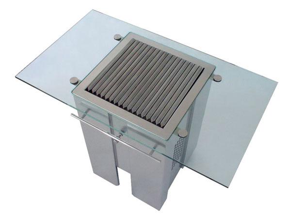 Čisté línie atechnický dizajn sdôrazom na maximálnu funkčnosť sa nevyhli ani moderným grilom. Profilovaný grilovací rošt pomáha odvádzať tuk do zbernej nádoby, čim sa zabraňuje jeho odkvapkávaniu do ohniska, atým aj vytváraniu dymu. Regulácia prívodu vzduchu kohnisku umožňuje nastavenie intenzity horenia. Ovládanie amanipulácia sgrilom sú koncipované tak, aby bolo možné všetky úkony urobiť čistou rukou vrátane presunutia grilu pomocou koliesok aodizolovaného držadla na boku amanipulácie sroštom avnútornými časťami grilu aj počas grilovania pomocou dvoch držadiel.