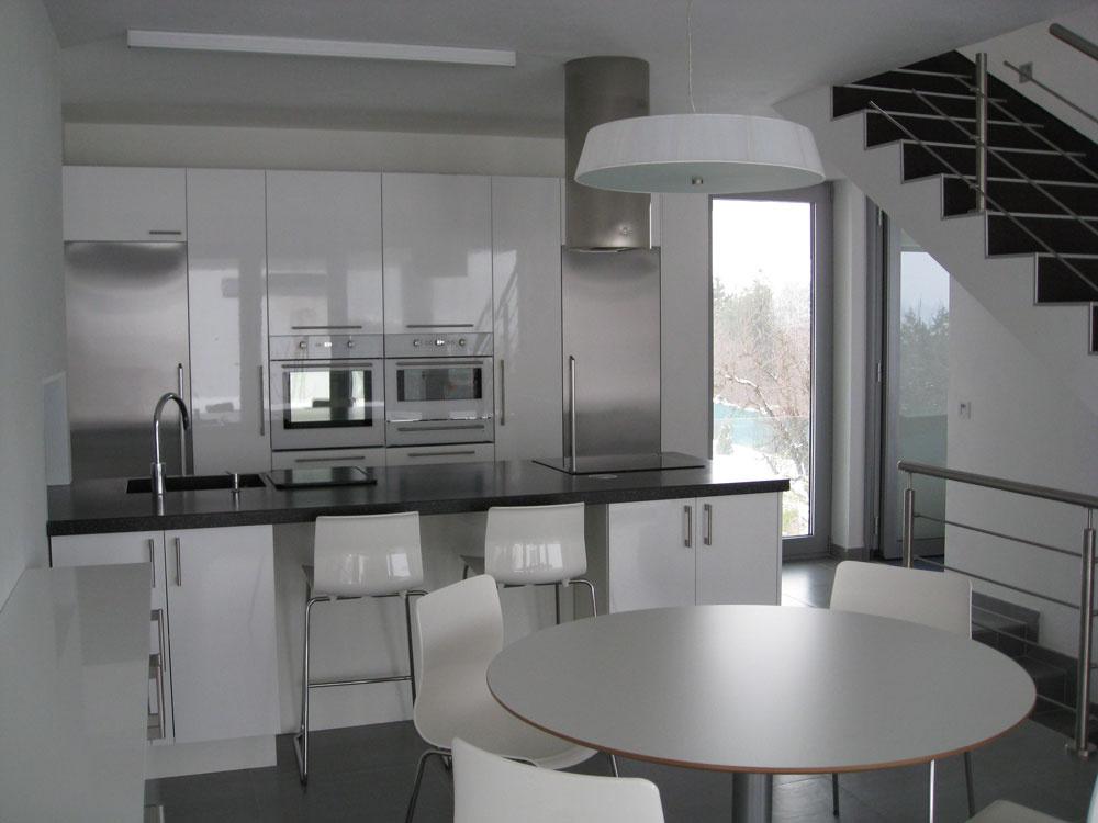 Využitie stropného chladenia vkuchyni je podmienené zabezpečením núteného vetrania, napríklad digestorom alebo ventilátorom so snímačom vlhkosti počas varenia.