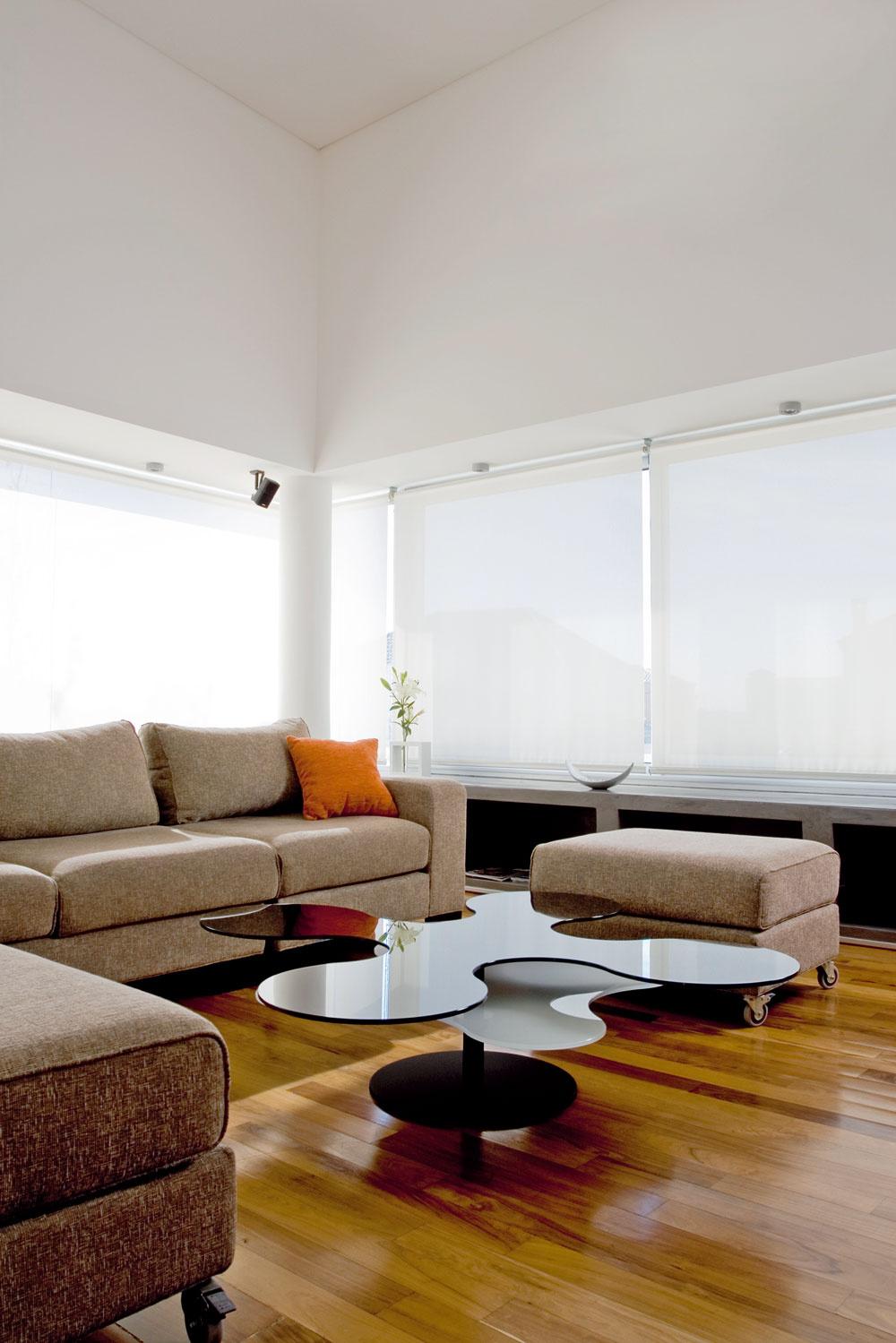 Betónová lavica pokračuje aj na kratšej strane obývacej izby, orientovanej kulici. Tento pohľad sa naskytne, ak prejdete zkuchyne cez sklenený mostík ponad vstupnú halu.