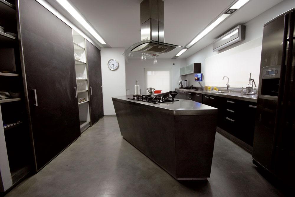Zjedálne vidieť diametrálne odlišné prostredie kuchyne, dubová podlaha priamo susedí shladenou betónovou. Autorom dizajnu kuchyne je vedúci architekt ateliéru. Za úsekom steny shodinami sa vchádza na sklený mostík nad vstupným priestorom domu.   Kuchyňa je vybavená okrem iného aj počítačom so špecializovaným programom, ktorý napríklad overuje čerstvosť potravín aponúka recepty na prípravu jedál.
