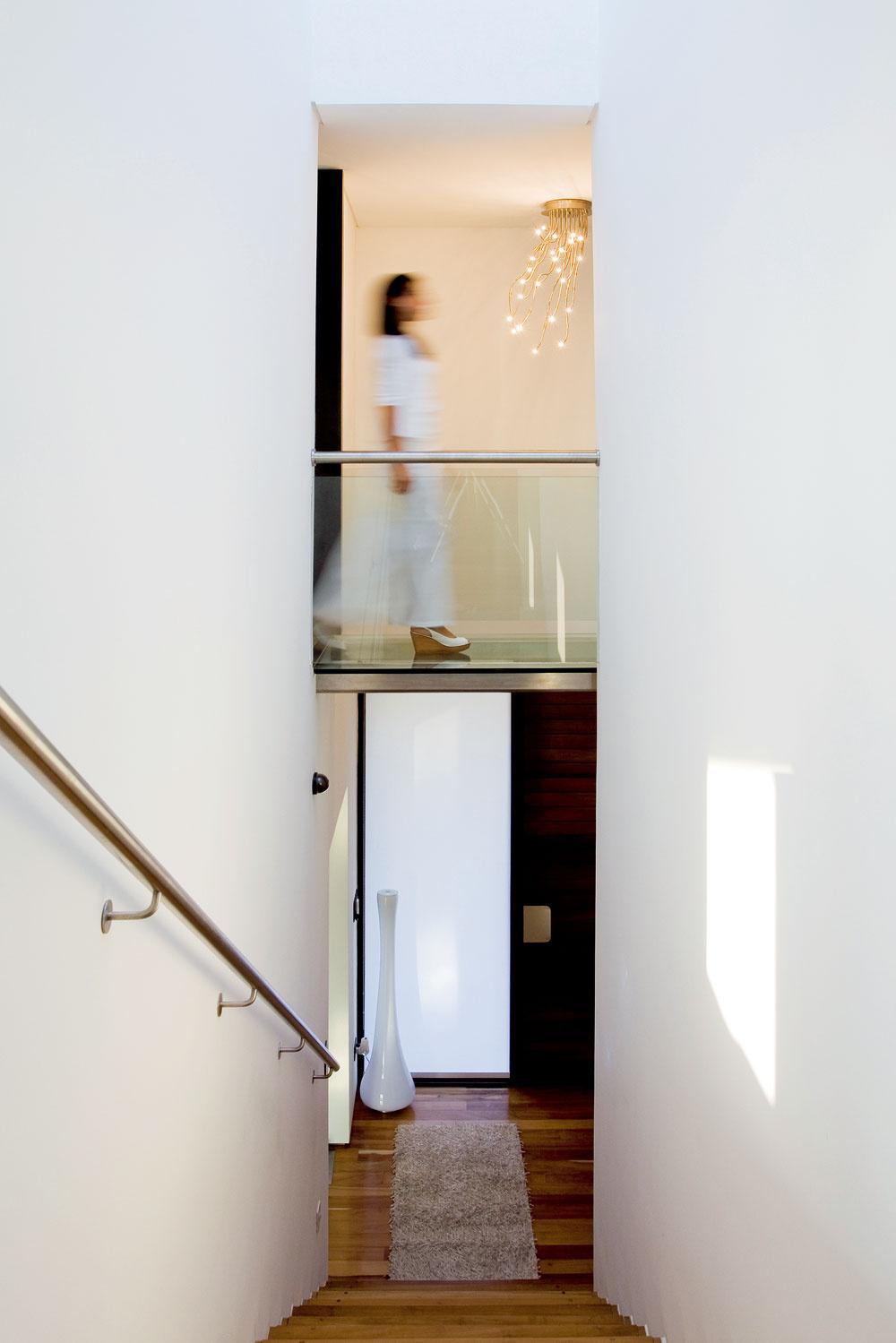 Úzke jednoramenné schodisko je najvyšším priestorom vdome. Vďaka pochôdznej streche nad schodiskovým priestorom sú terasy vdome na štyroch úrovniach.