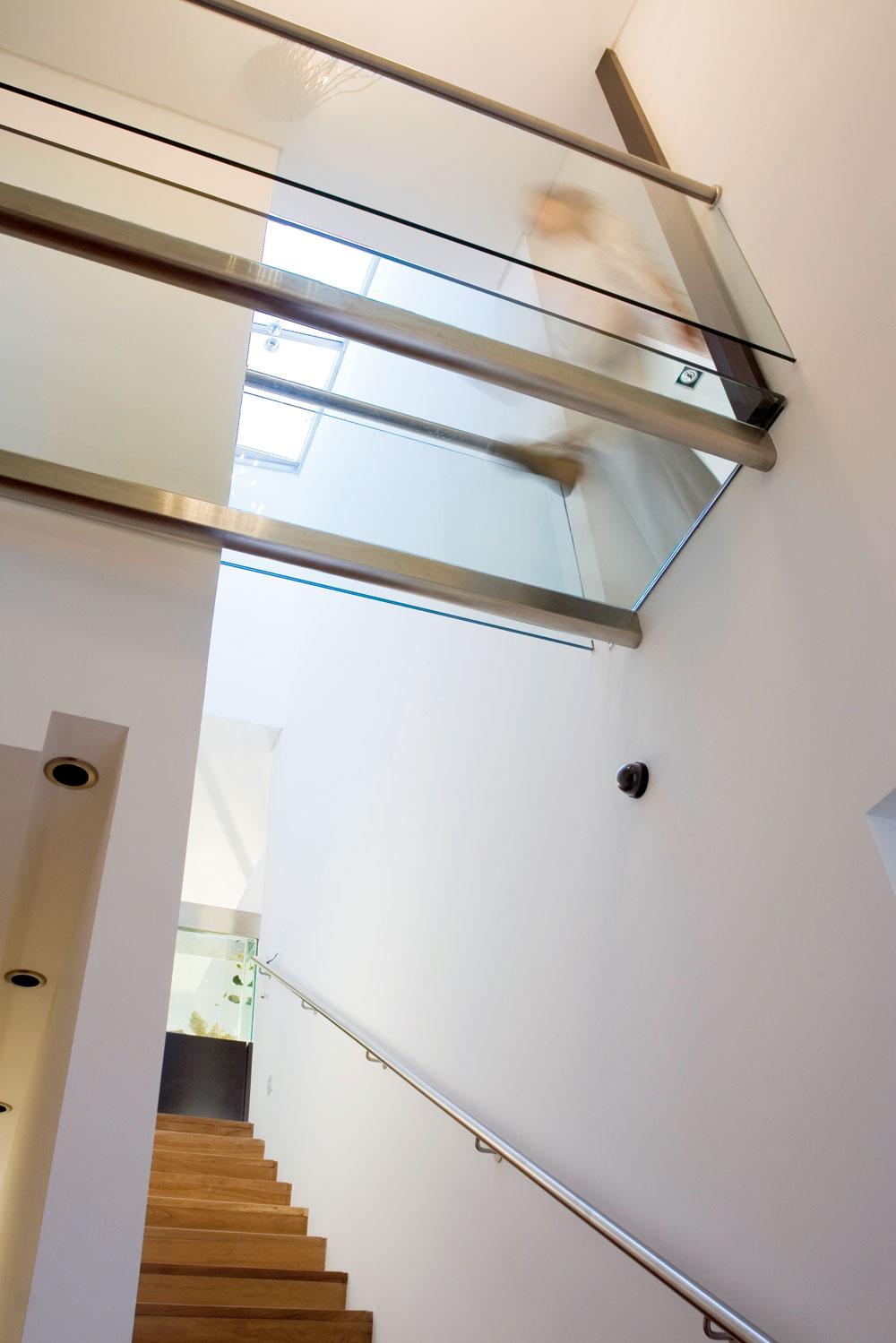 Zvysokého vstupného priestoru, ktorý sa otvára na schodisko zaplavené svetlom, vychádza dlhá chodba, na ktorej konci je spálňa. Na ľavom okraji snímky vidieť stropné svietidlá vchodbe bez priameho denného osvetlenia.
