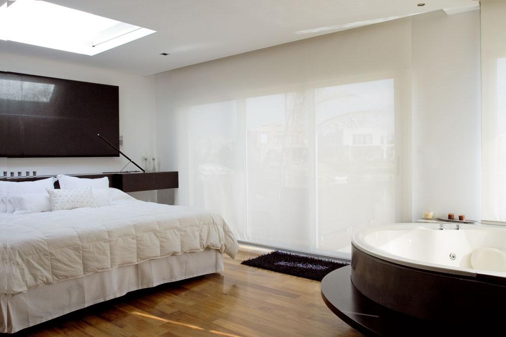 Vstropnom okne vspálni je inteligentné bezpečnostné sklo sfóliou ztekutých kryštálov – pomocou diaľkového ovládača sa dá zmeniť na nepriehľadné alebo uzavrieť platňou, ktorá je na spodnej časti omietnutá. Po ľavej strane postele (mimo záberu) je dvojité umývadlo sveľkým zrkadlom, vedľa ktorého sa prechádza do šatníka, vedľa vírivky je televízor sveľkoplošnou obrazovkou.