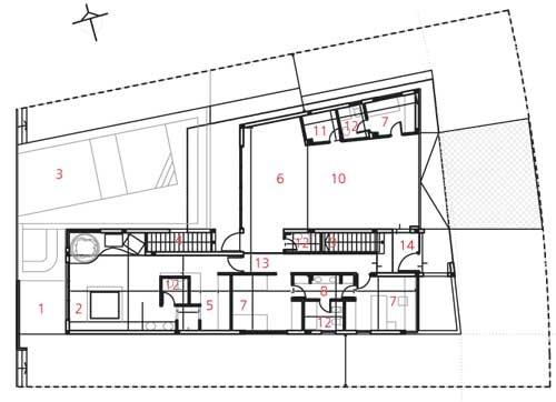 Prízemie  1 terasa 2 spálňa skúpeľňou 3 bazén 4 vonkajšie schody  na terasu 5 šatník 6 bar 7 hosťovské izby 8 kúpeľňa 9 schodisko 10 garáž 11 sklad 12 WC 13 chodba 14 vstup do domu