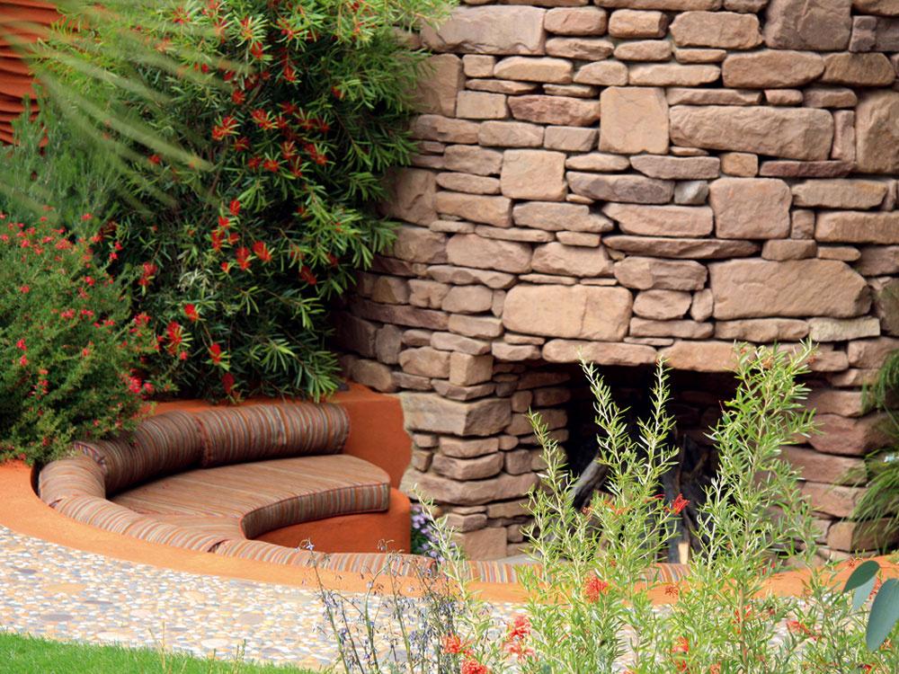 """Predstava oideálnej záhrade sa dnes často stotožňuje smiestom ukrytým pred cudzími pohľadmi, útulným azároveň prakticky využiteľným. Presne také sú aj aktuálne trendové """"podúrovňové záhrady"""", ktoré sú zaujímavým riešením pre majiteľov menších, najmä mestských parciel. Časť záhrady sa zapustí pod okolitý terén – môže tu byť situované napríklad odpočívadlo alebo záhradný kozub. Tak vzníženej časti, ako aj na jej okrajoch možno vysadiť širokú paletu zaujímavých rastlín, ktoré podčiarknú intimitu celého priestoru."""
