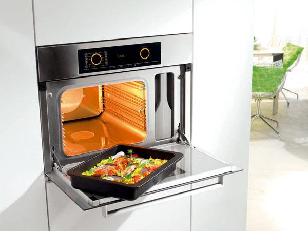 Kombinovaná parná rúra Miele DGC 5061 varí vpare pri teplote 40 – 100 °C avkombinácii shorúcim vzduchom pečie mäso či koláče. Striedanie medzi vlhkou asuchou klímou zaručí, že pokrmy sú na povrchu chrumkavé avo vnútri šťavnaté. Kuchári-začiatočníci určite ocenia viac ako 75 automatických programov. Cena 2 641 €.