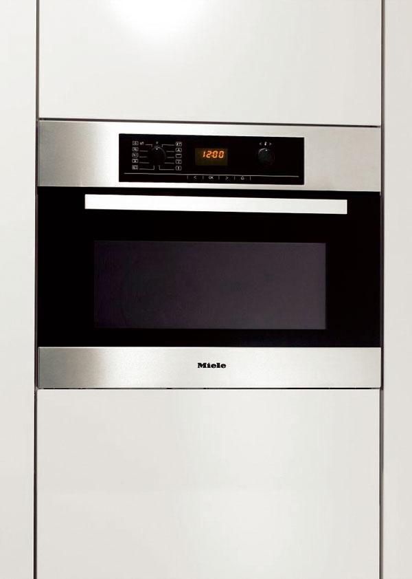 Kompaktná rúra na pečenie smikrovlnkou Miele H 5040 BM vhodná do 45 cm výklenku. Je vybavená 8prevádzkovými spôsobmi vrátane mikrovlny shorúcim vzduchom plus, či grilu. Predvoľba štartu, dĺžky akonca pečenia sautomatikou vypínania. Povrchová úprava PerfectClean – jednoduché čistenie. Cena 1 653 €.