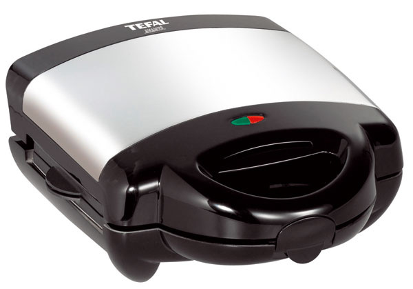 Viacfunkčný prístroj Tefal Avanté 3v1 SW602033 –sendvičovač, vaflovač agril vjednom. 3výmenné dosky snepriľnavým povrchom (22,5 × 13 cm), ktoré sa dajú umývať vumývačke. Dve kontrolné svetlá. Dá sa uložiť vo zvislej polohe, jednoducho sa čistí, priestor na uloženie prívodnej šnúry. Príkon 850 W. Cena 69,90€.