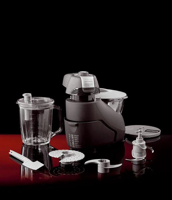 Kuchynský robot Gorenje SBR 1000 mixuje, miesi, seká, odšťavuje… 2 sklenené nádoby (vhodné aj do mikrovlnnej rúry), odšťavovač sfiltrom, nože Quad – 2 dvojité nože na sekanie so 4 čepeľami znehrdzavejúcej ocele, 12 úrovní výkonu, kapacita mixovania amiesenia 1 000 g, pulzné tlačidlo, 6 vyberateľných diskov sčepeľami znehrdzavejúcej ocele, lopatka na miešanie, dve pogumované veká na uzatváranie nádob. Výkon motora 1 000 W, objem nádoby na mixovanie 1,75 l, objem nádoby na spracovanie potravín 2 l. Cena 229 €.