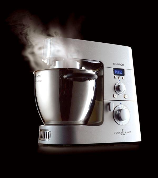 Kuchynský robot Kenwood KM070 sfunkciami: mixovanie, šľahanie, miesenie, sekanie, miešanie avarenie. Planetárny pohon svýkonom 1500W, systém indukčného varenia svýkonom 1 100W – varí priamo vmise na miešanie sobjemom 6,7 l, objem na miešanie 3 l, teplota od 20 °C do 140°C, súčasťou displeja je trojhodinový časovač anastavenie teploty, 8rýchlostí mixovania, 3 rýchlosti miešania pri varení. Cena 1 199 €. PredávaElectro World.