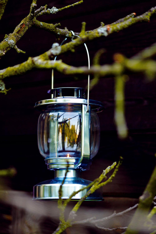 Lampáš Mörkt zgalvanizovanej ocele askla. Dizajn Ola Wihlborg. Výška: 17 cm. Cena7,99 €.   Predáva IKEA.