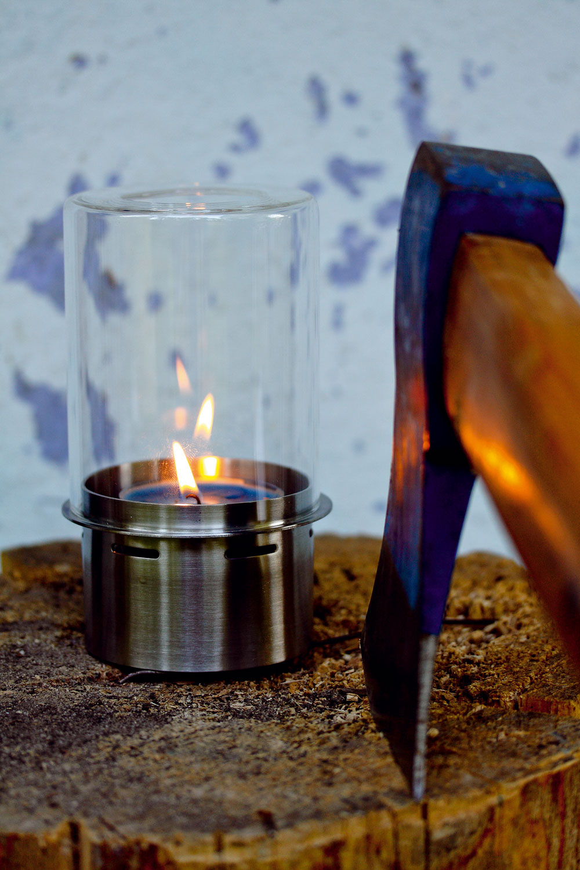 Lampáš Brödhult vysoký 10 cm. Dizajn C Halskov/H Dalsgaard. Rám znehrdzavejúcej ocele, tienidlo   zo skla. Cena 5,99 €. Predáva IKEA.