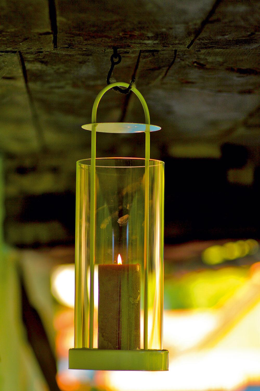 Vysoký lampáš od firmy Serax sbielym oceľovým rámom avalcovým tienidlom zo skla. Výška 50 cm.   Cena 48 €. Predáva Bird & Tree.
