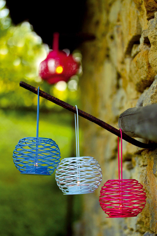 Farebné kovové mini lampášiky Garden, vysoké 8cm, cena 5,80 €. Vpozadí veľký ružový lampáš   Garden vysoký 14,5cm, cena 23,50€. Všetky od firmy Serax. Predáva Bird & Tree.