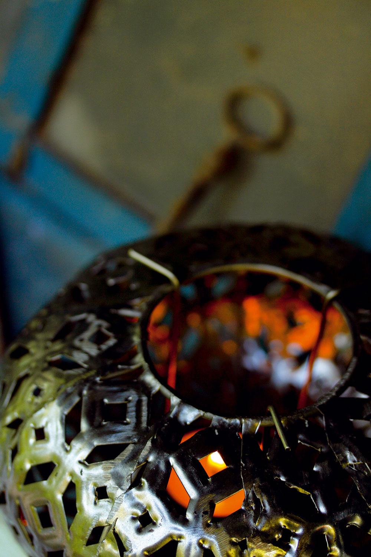 Kovový lampáš Turkish svyrezávanými ornamentmi, inšpirovaný ďalekým Orientom. Výška 11 cm. Cena   25 €. Predáva Bird & Tree.