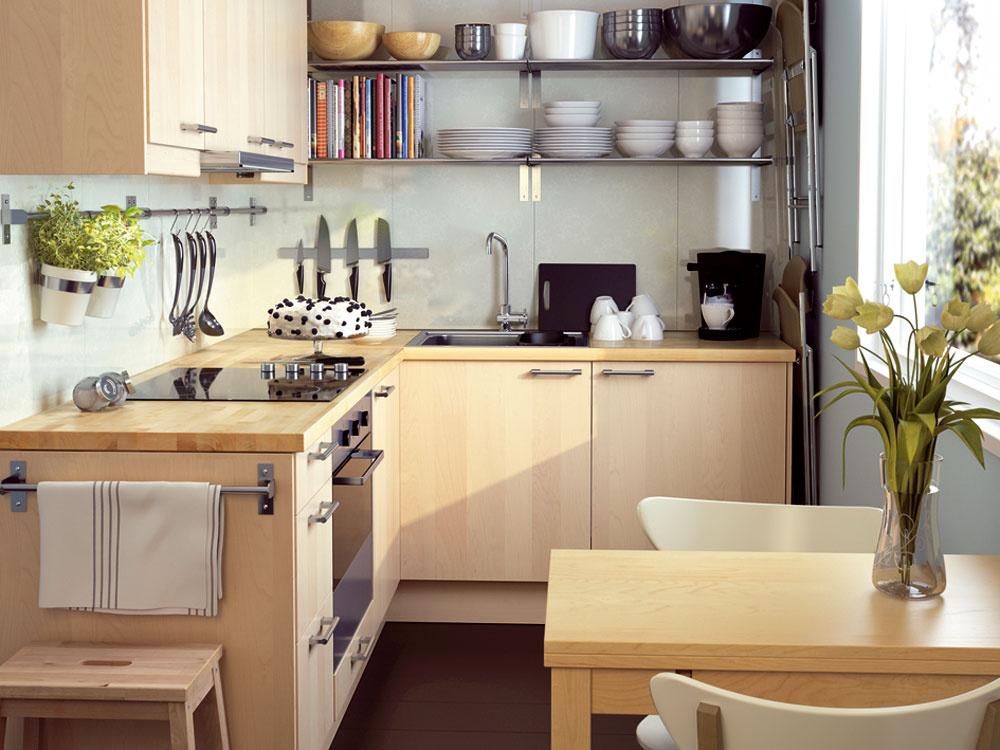 Aby ste vmalej kuchyni ušetrili čo najviac priestoru na kuchynskej linke, využite hluchý priestor medzi linkou ahornými skrinkami na závesné tyče, na ktorých budete mať najpoužívanejšie kuchynské náradie vždy poruke. Využiť sa dajú aj na utierky alebo kvetináče sbylinkami. Na jednej strane nad kuchynskou linkou použite namiesto skriniek len police, poskytnú rovnaký úložný priestor aopticky odľahčia aj tak malú kuchyňu. Malý priestor medzi linkou astenou môžete využiť na odloženie skladacích stoličiek. Závesný systém Grundtal znehrdzavejúcej ocele. Dizajn Mikael Warnhammar. Cena police 8,99 € (80 × 28 cm), cena magnetického držiaka na nože 7,99 €, cena tyče 2,49€ (53 cm), stojan na bylinky alebo príbor cena 4,99 €. Predáva IKEA.