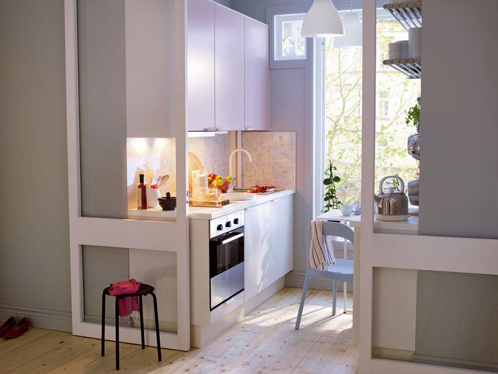 Malý výklenok je šikovne využitý na umiestnenie kuchyne. Skrinky aj podlaha sú vsvetlom odtieni, čo priestor opticky zväčšuje. Od obytného priestoru je oddelená zasklenými posuvnými dverami. Kuchyňa Faktum/Appl°ad, cena 529 € (korpusy skriniek, dvierka ačelá zásuviek, úchytky, pánty, zásuvky, vnútorné vybavenie, pracovné dosky, krycie panely, dekoračné lišty, sokle, nožičky, drez abatéria). Predáva IKEA.